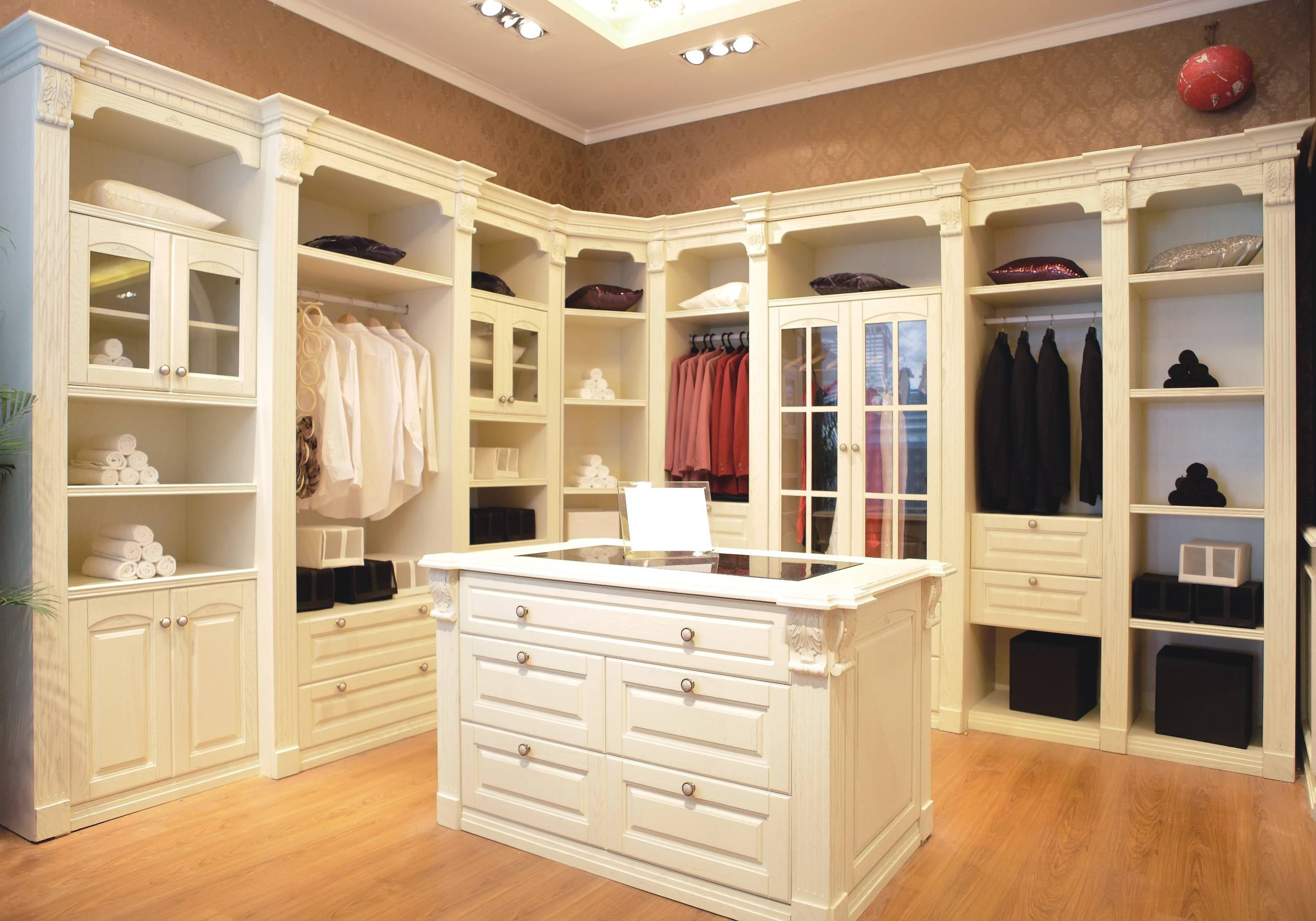 卧室白色衣帽间装修效果图 家居空间零浪费